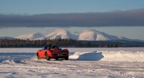 Råstilig Chevrolet Corvette 427 med ispigg og sidepipes. Fjellet i bakgrunnen er selvfølgelig Sølen.