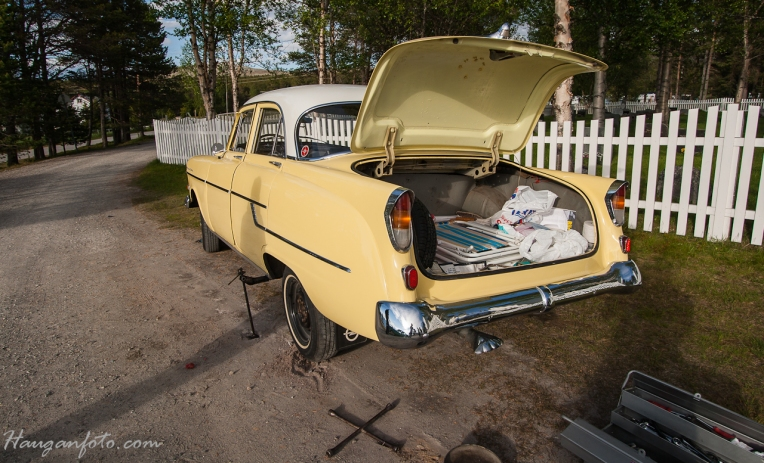"""Noe skruing blir det jo alltids. Denne karen hadde hatt bilen i 20 år, men det var første gang han var ute for et lite """"uhell"""" på tur. Bremsebelegget hadde løsnet på venstre bakhjul. """"jeg får bare la være å bremse...."""" Han hadde forøvrig kjørt egg-transport i sine yngre dager, så han hadde god trening på å kjøre bil, uten å egentlig kunne bremse ;-)"""