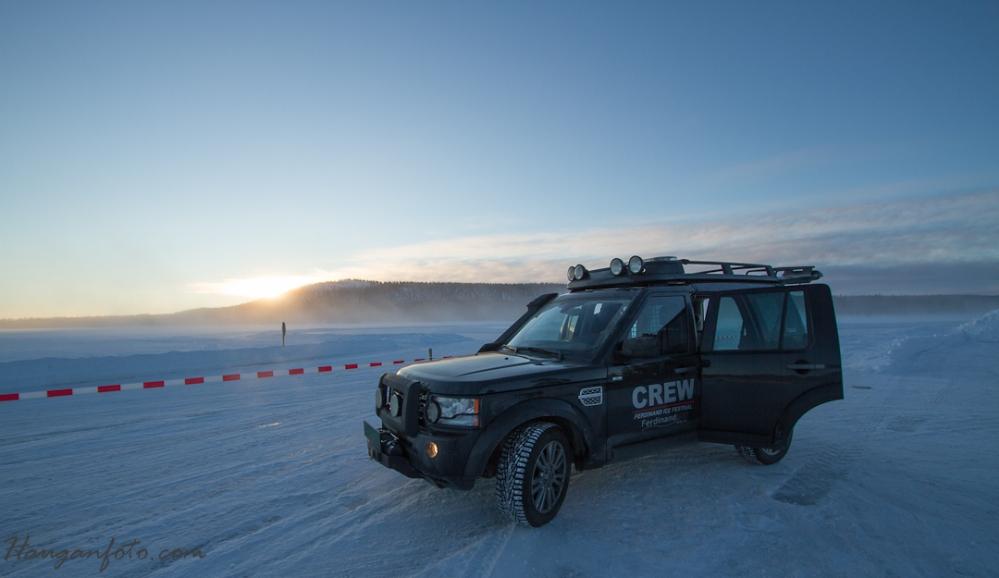 Land Rover Disco i soloppgang.Crewet var også klare, her er det hjelp å få for den som havner utenfor banen!