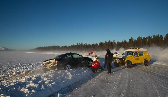 BMW M3 hilser på  brøytekanten. Denne satt skikkelig godt fast, men strikken til rescueteamet gjør jobben!
