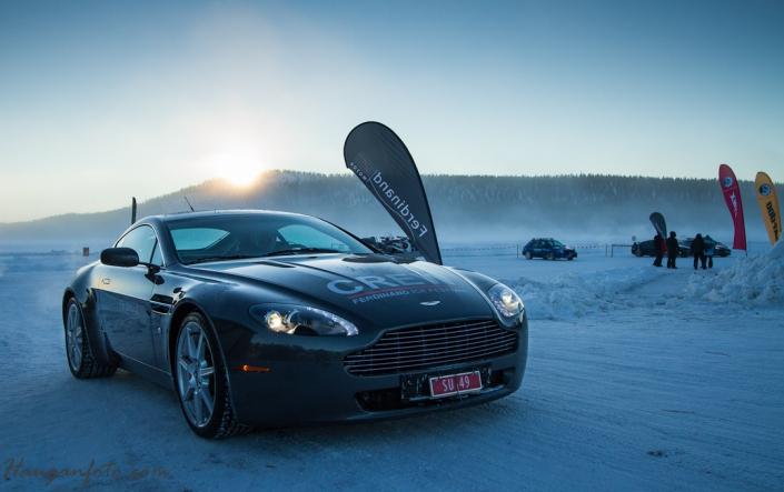Aston Martin med i soloppgang. Mistenker at varmapparatet står på full gass.