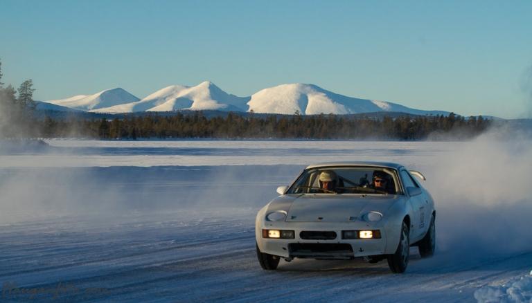 Porsche med gromlyd og høy fart i klassisk sølenkomposisjon. Grooooomt.