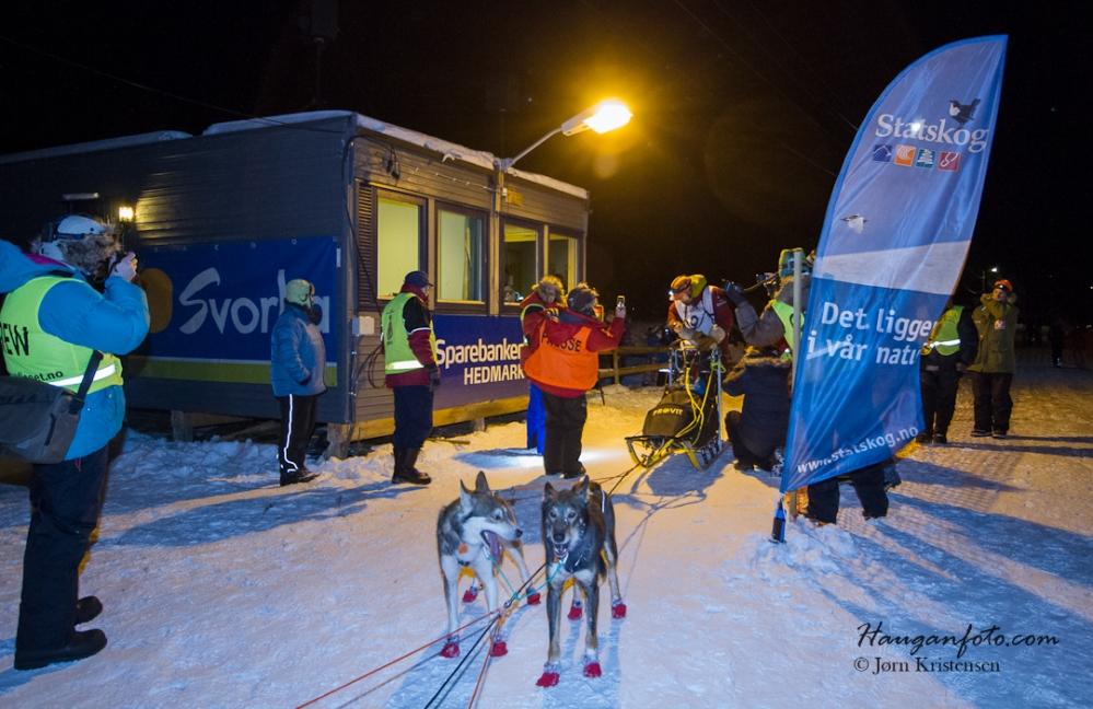 Første løper inn klokken 02:18. Lenge å vente? Neida, her var det liv lell og Arnt Olav Skjerven ble møtt med heiarop og sang.