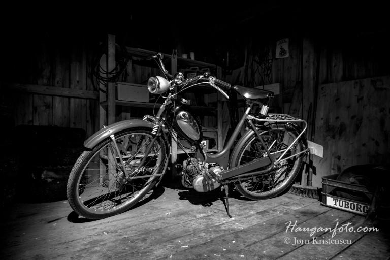 Det blir fort litt lenge å vente på våren for vinterlagra mopeder, men da jeg kom med støvfilla og fotoapparatet vart'n glad ja!