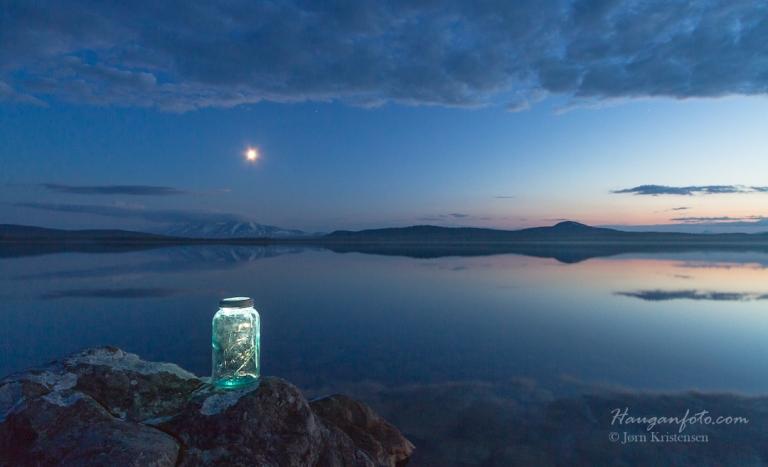 Første bildet var av den duse typen. Sølen er med og månen henger fint på himmelen. Det ser ut som den speils i glasset, men det skyldes at jeg lyssatte glasset med en liten og svak lykt fra baksiden, for å få det til å se ut som månen speiler seg i ja, akkurat glasset. . . ;-)