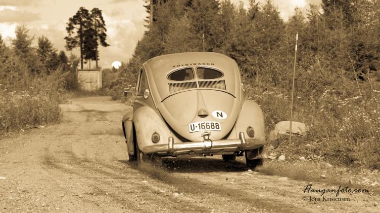 Rett etter jeg tok dette bildet hadde bilen et heftig hjulløft i dumpen rett foran her. Dessverre hadde alle tre fotografene i svingen da senkte kameraet, men steike for et artig syn. Hele hekken var i lufta! ;-)