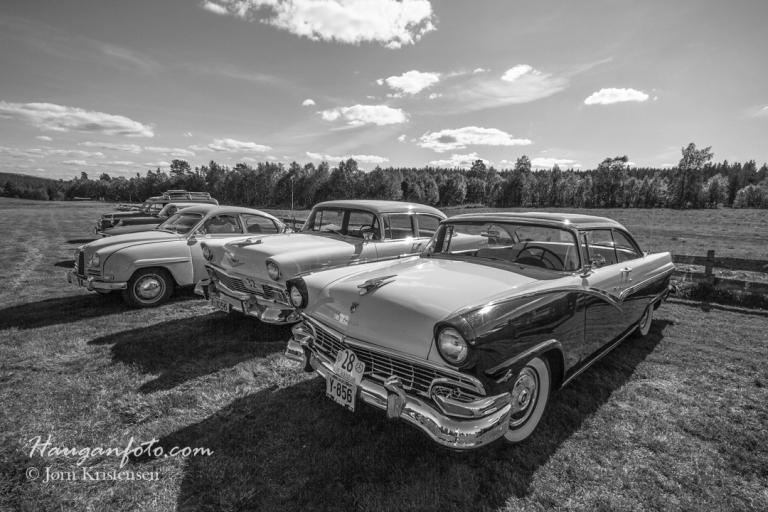 Dessverre er sveiselys noe av det mest problematiske en stakkars fotograf kan ha med å gjøre, men det er noe enklere å justere bildene om man konverterer dem til S/H. Passende kan det også bli. Det er tross alt gamle biler.