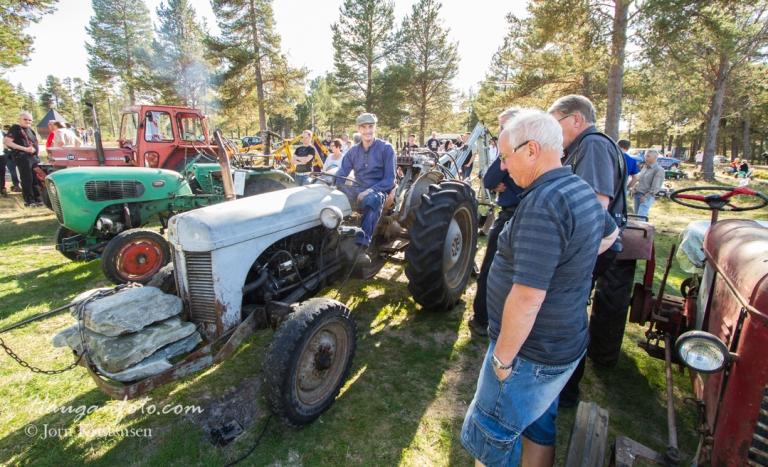 Jon Halvor har jo også en traktor eller to, og startet opp gråtassen til ære for de skuelystne.