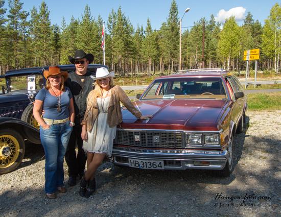 Det var ikke bare de med de aller eldste bilene som hadde kledd seg for anledningen :-) Ingen tvil om at det går i amerikansk her.