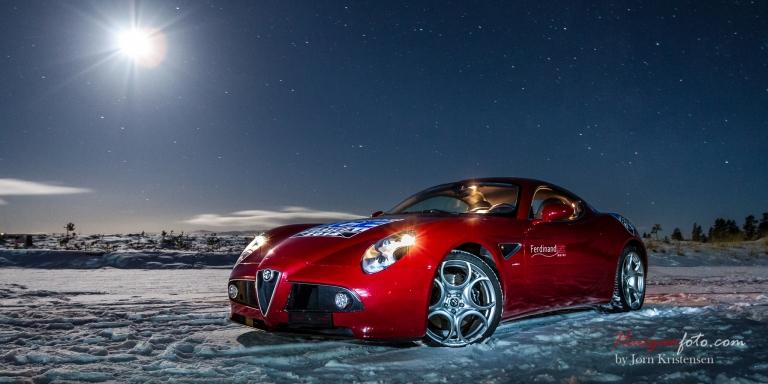 En bil laget i 500 eksemplarer, på snø i den norske vinternatten. Det skjer nok neppe med noen av de andre 499 eksemplarene ;-)