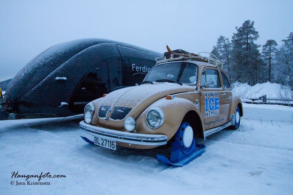 Etter en kald natt på isen (minus 20), ensom og forlatt, så starter likevel som en drøm. De 1600 motorene der er pinadø grei å ha med å gjøre. Kan vel da også nevne at det var 28 minus da vi hentet bilen. Startet da også. Måtte jo kjøre opp på hengeren...