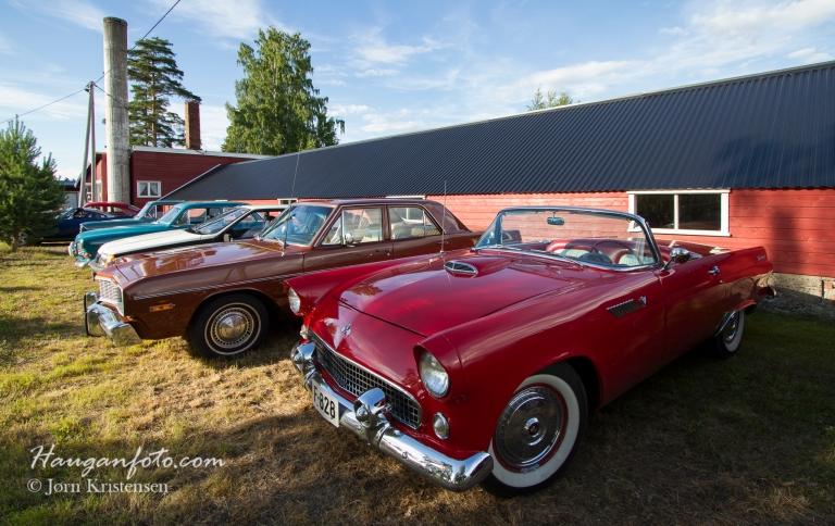 Ford Thunderbird nærmest.  Røde sportsbiler er alltid i vinden.