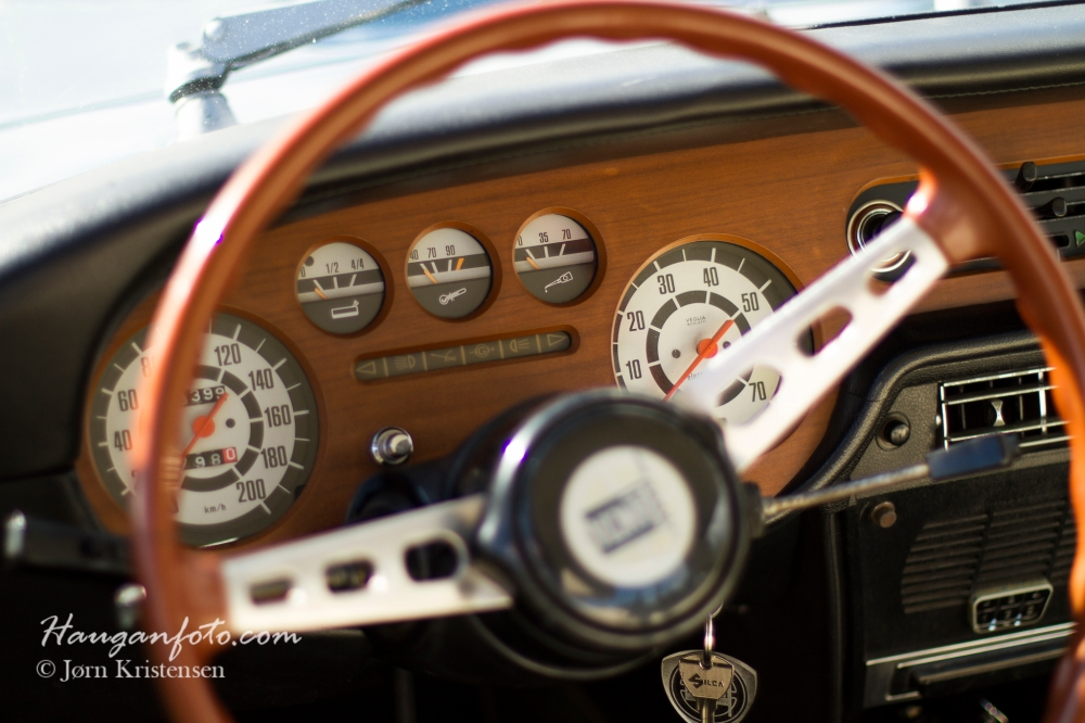 Herlig med litt treverk i gammal bil!