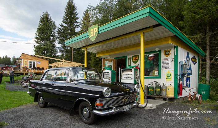 Virkelig stilig å ta bilde av gamle biler i et slikt miljø. Her en original og meget fin 1963 Opel som eies av stasjonssjefen.