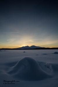 Et meget sjeldent høykantfoto av fjellet. Tatt midtvinters ved Isteren. Herlig vinterlys.