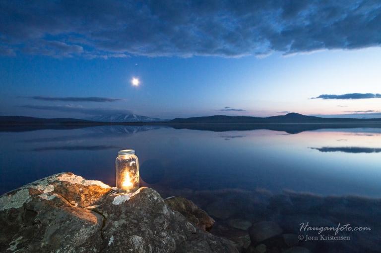 Interessen for nattfoto tok meg til Femund mange sene kvelder. Her eksperimenterte jeg litt med et norgesglass med telys i for å se om det tilførte bildet noe.
