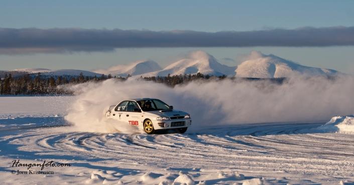 En Sølensladd. Det var Kåre Egil Kvilten som tok det første Sølensladdbildet av en Porsche på isbanen. Det ble knallbra. Dermed var vi i gang. Har utrolig mange isbanebilder med Sølen i bakgrunnen. Det er de beste i mine øyne :-)