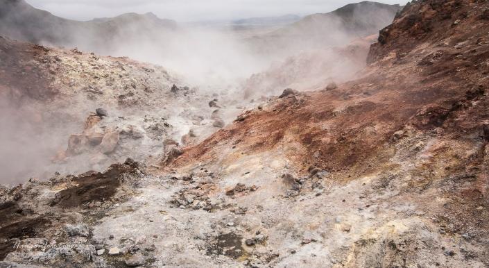 Mye mineraler i dampen gir mye salt og farger til områdene rundt.