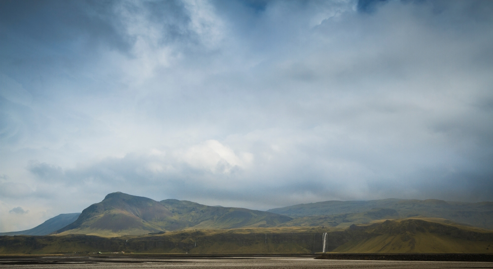 Her ser vi fossen i det fantastiske landskapet den er omgitt av.