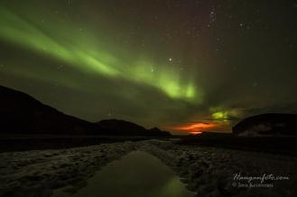 Island. Vulkanen Bárðarbunga lyser opp nattehimmelen og gjør skyene rød.