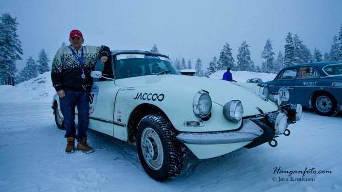 Jeg hadde en prat med Henk som løpet og hans Citroen DS 21 fra 1965. Denne hadde clutch (noen av disse har halvautomat) men Henk mente at clutch er fint å ha på vinterløp. Jeg tror ham så gjerne.