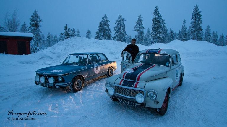 Nå var det ikke bare mer eller mindre eksotiske biler som deltok, neida, her ser vi en 1965 Volvo PV (B-18) og en BMW (ukjent modell, står ikke på startlisten).