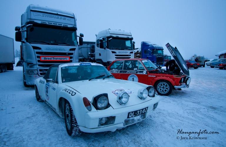 Porsche 914 1971 modell. Hekkmotor gir fint grep på vinterføre (i alle fall så lenge man skal rett frem).  I bakgrunnen ser vi en norsk deltaker som hadde litt småproblemer i motorrommet.