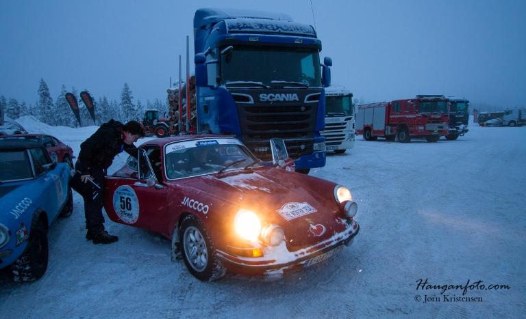 911 1968 mod 2000ccm gjør seg klar til avgang. De starter med 1 minutts intervall.