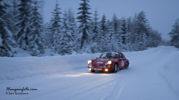 Rød Porsche i vinterskog. Kan det bli bedre?