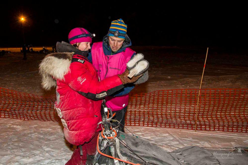 Første dame inn var Trine  Lyrek som ble kjempeglad for fine votter fra Krekling og Villsau. Gratulerer.