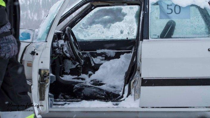 Landet på taket, mistet frontruten og fylte bilen med snø. Han tok det med et smil.