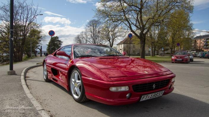 Her ser vi en Ferrari som prøver å elge seg innpå, men uten luftkjølt motor var'n sjanseløs. ;-)