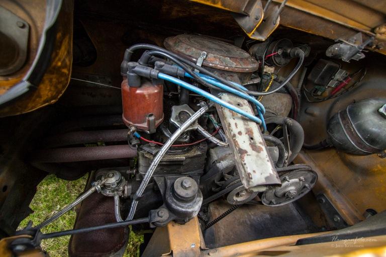 903 kubikk. Motoren har forresten et eget stabilisatorstag som sees nede til venstre. Reima på dynamoen strammes ved å skimse reimhjulet (som på boble). Artig sak.