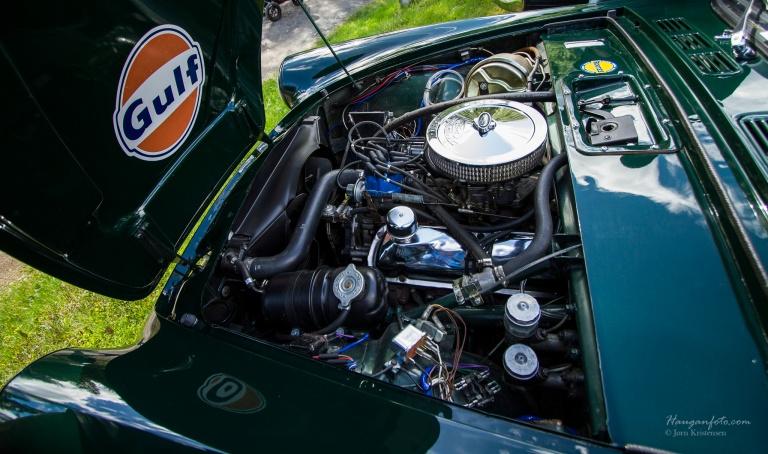 Samme motor som i Mustang. 289 cid V8 og manuell gir. Steike!