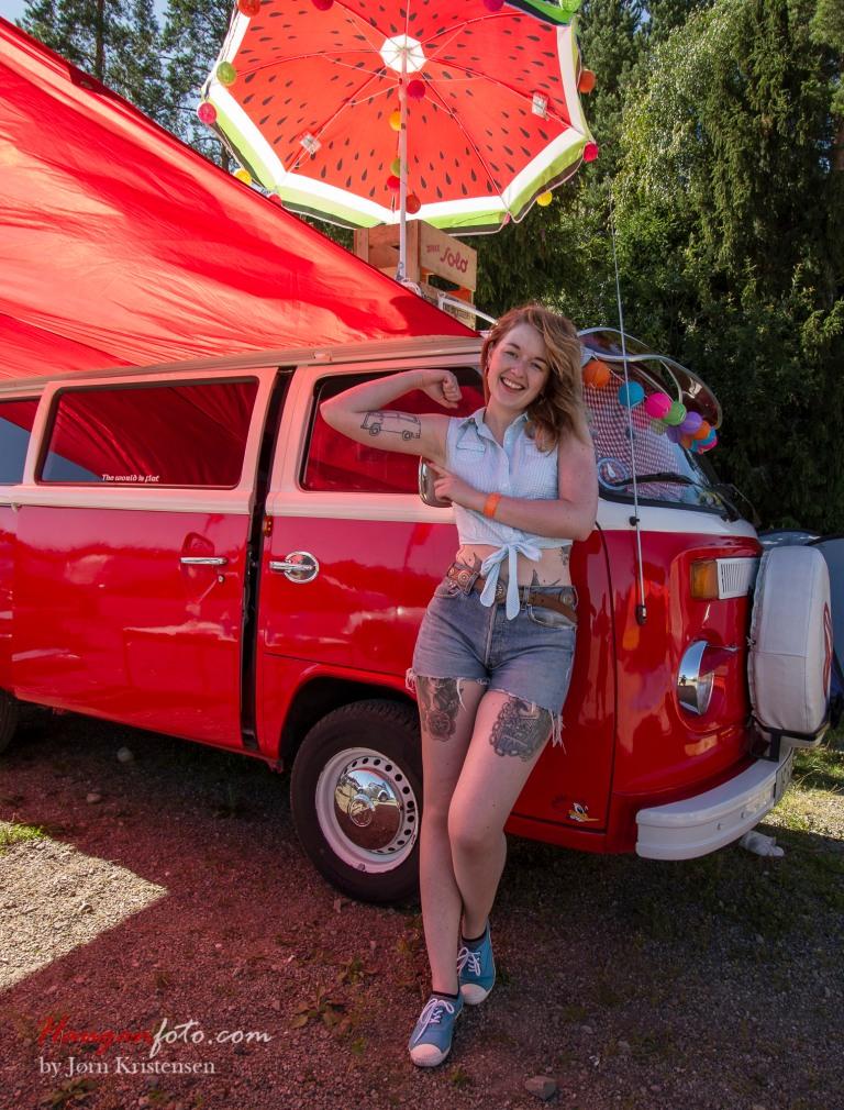 """Jane Gammelby er ei jente med stil og er alltid på plass i sin fantastiske røde buss. Hun holder stort sett til i London, men var """"hjemme"""" for å være med på SCC. I London driver hun med kunst- og produktfotografering. Sjekk busstatoveringen!"""
