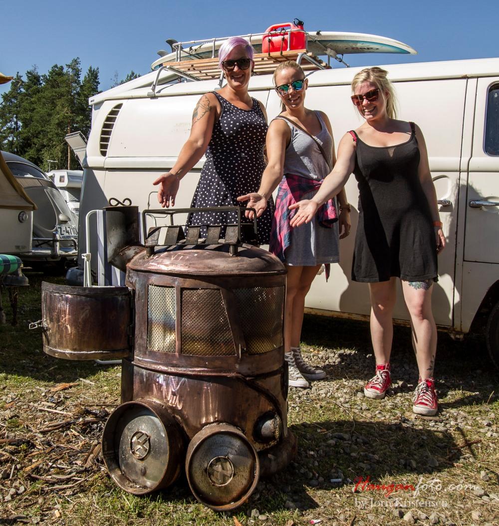 Her ser vi Cecilie, Trine og Gina presentere en utrolig kul buss-ovn. Den er laget av Nicolay Jensen. Han selger slik, og jeg har vel sett en annonse både på VW Norge og på FB, så her finnes det nok muligheter for dem som er interessert.
