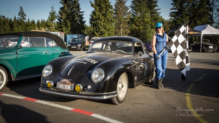 Flaggjenta og Porsche'n.