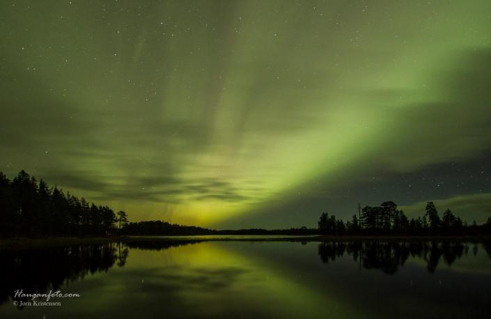 Så, endelig. Ved Flickerbäkken ble det noen fine bilder med speiling i Tosättfjorden og det hele :-)