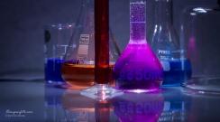 Glassutstyr. Fra venstre, begerglass, erlenmeyerkolbe, målesylinder, målekolbe, erlenmeyerkolbe.