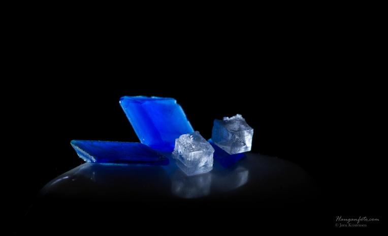 Kobbersulfatkrystaller (blå) og natriumkloridkrystaller (hvit)