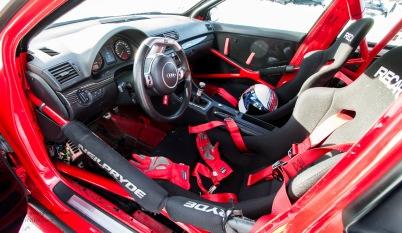 Interiøret i den hvite Audien med sort, grå og rød stripe på hekken.