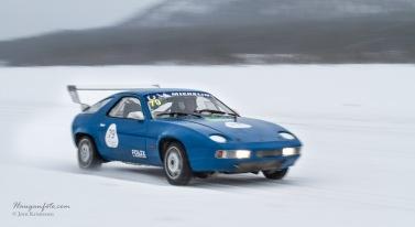 Herlig gammal Porsche 928 i fint driv.