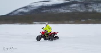 Ole Vegar jobba mye dugnad for Vurrusjøen Ice-way. Her har'n flytta rundballer og skynder seg tilbake.