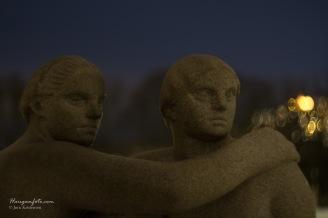 De får et annet uttrykk på kvelden, skulpturene i Vigelandsparken.